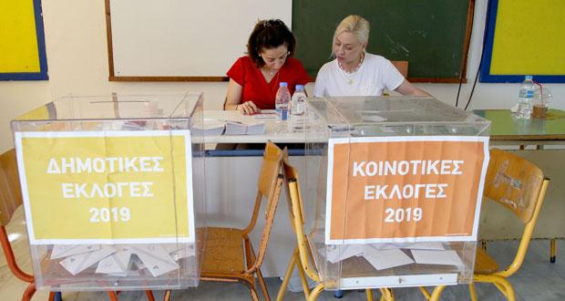 Στις κάλπες για τις τετραπλές εκλογές - Φωτογραφίες από το Ηράκλειο